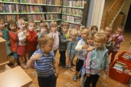 """""""Ciekawskie Misie"""" zwiedzają Bibliotekę"""