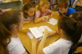 Lekcja biblioteczna o korzystaniu ze słowników