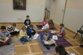 przedszkolaki-w-bibliotece_grupa-pieskow_15