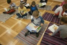 przedszkolaki-w-bibliotece_grupa-pieskow_17