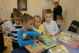 przedszkolaki-w-bibliotece_grupa-pieskow_19