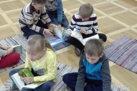 przedszkolaki-w-bibliotece_grupa-pieskow_6